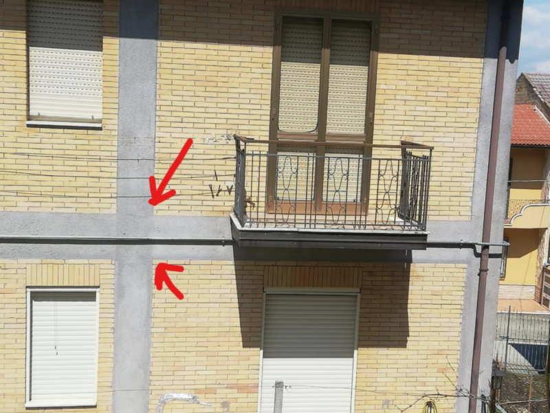 foto di una costruzione con il punto esatto dove si verifica una discontinuità costruttiva