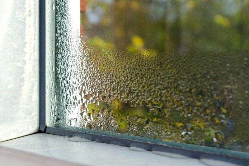 finestra con la formazione di condensa