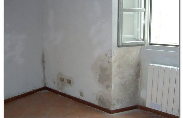 angolo di casa con umidità di risalita