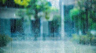 vetro con goccioline di umidità